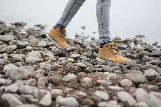水場の石の上をトレッキングシューズで歩く