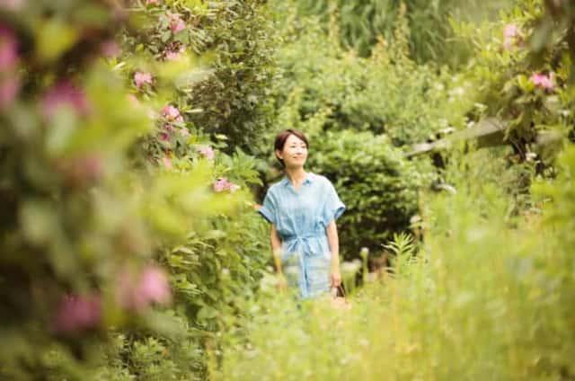 庭を歩く女性
