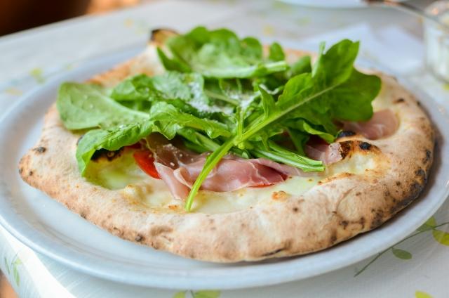 ピザの上にルッコラがのってる