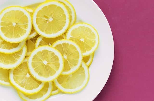 レモンの輪切りをお皿の上に並べる