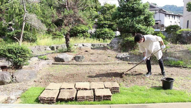 芝生を敷く前に土をならす