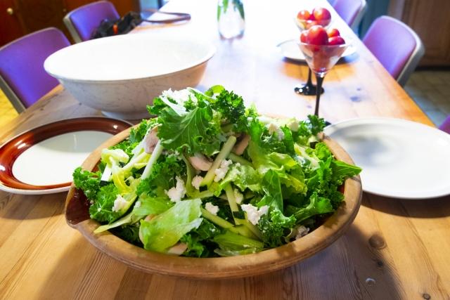 食卓にあるサラダ