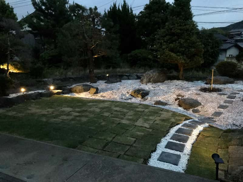 ソーラーライトのある和風の庭