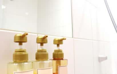 お風呂場の鏡とシャンプーボトル