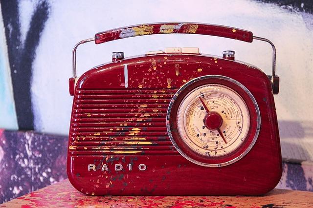 赤いデザイン性のあるラジオ