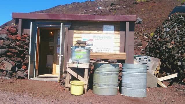 富士山に設置されたバイオトイレ