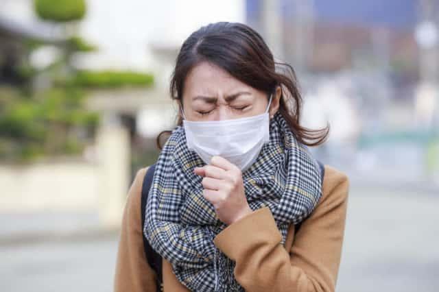 風邪をひく女性