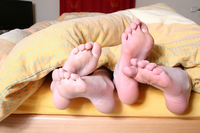 布団から足