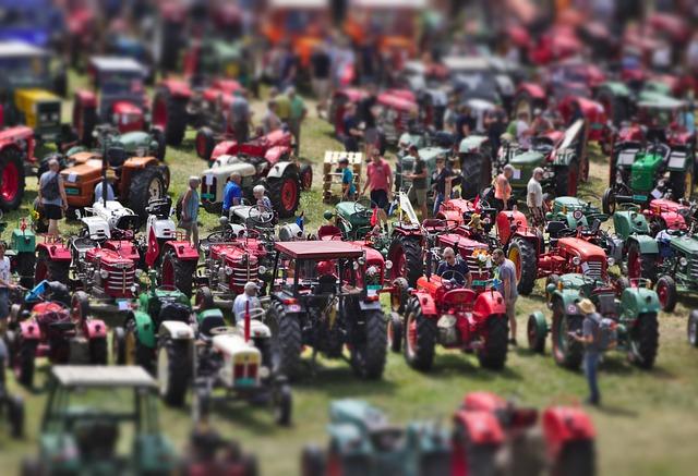 たくさんのトラクターの模型