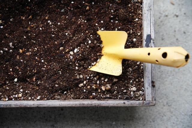 プランターと土とシャベル