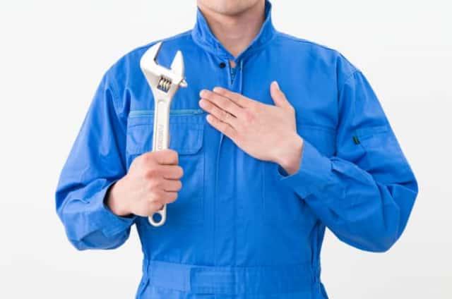 工具を持った男性