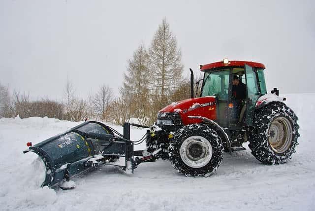 トラクターによる除雪