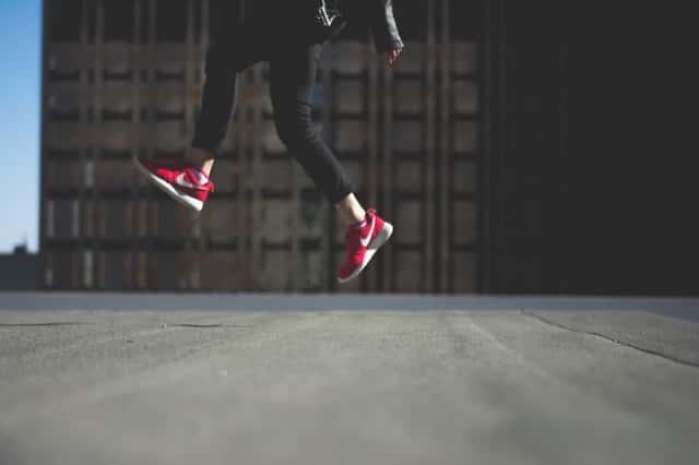 スニーカーを履いてジャンプする人