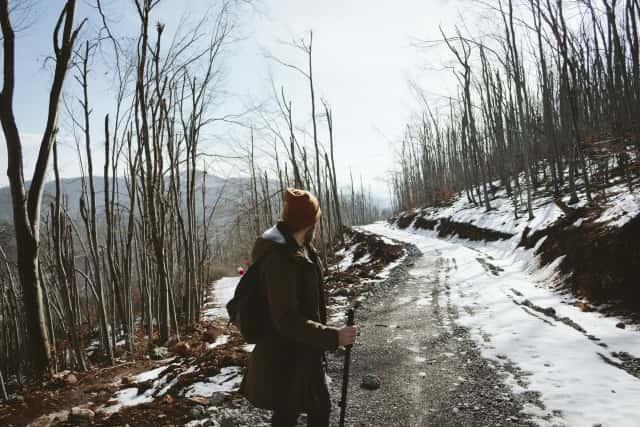 雪道を歩く男性