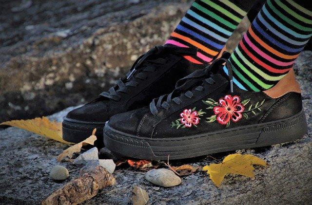 カラフルな靴下とかわいいスニーカー