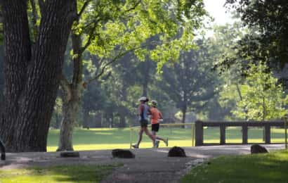公園でランニングをする人たち