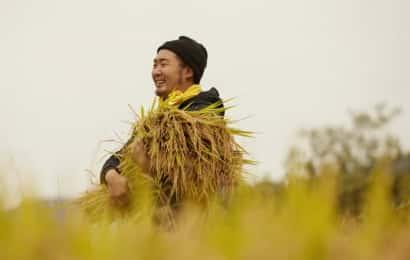収穫を喜ぶ男性