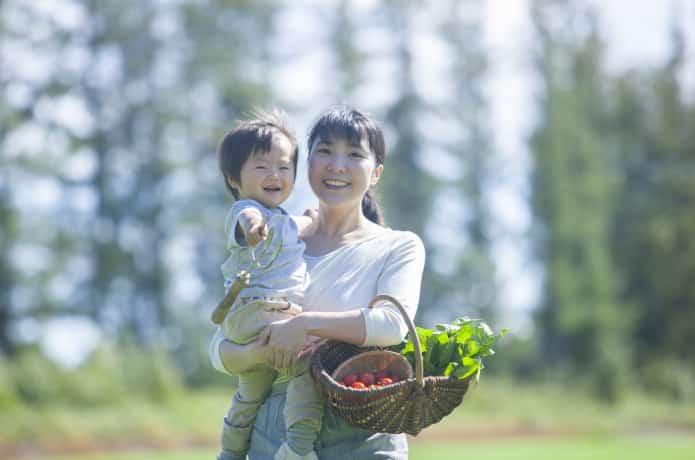 野菜を持つ親子