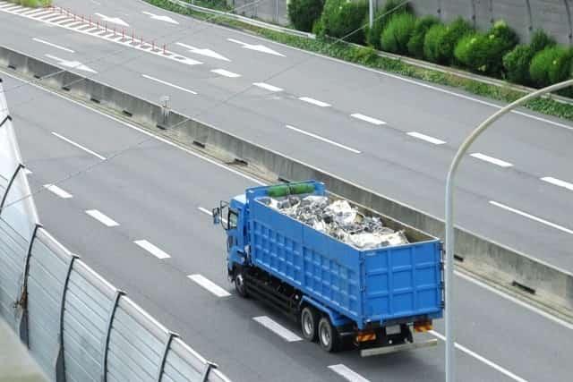 高速道路走行中の産業廃棄業者のトラック