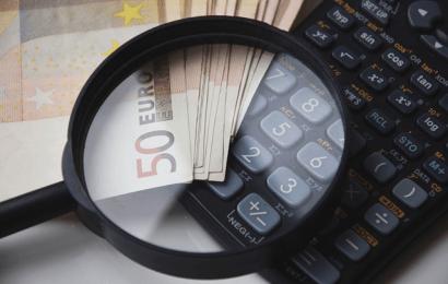 電卓とお金と虫眼鏡