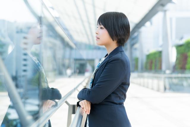 横向きに立つ女性