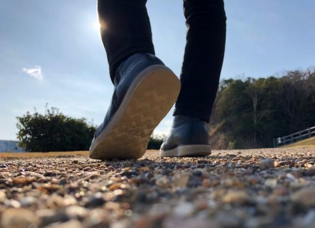 一歩を踏み出す足