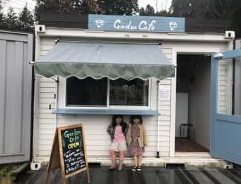 カフェのカウンターで雨やどりする女の子
