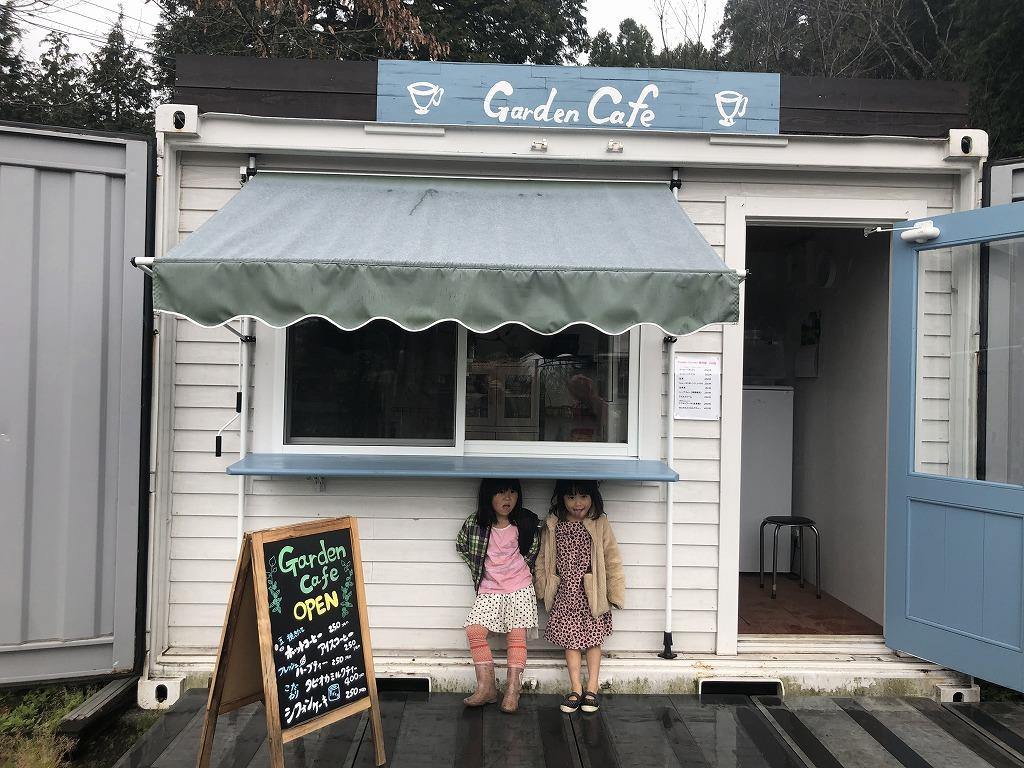 カフェのカウンターで雨やどりをする女の子たち