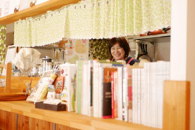 カフェのキッチンに立つ川瀬保子さん