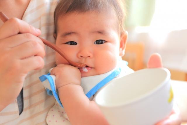 お米を食べる赤ちゃん