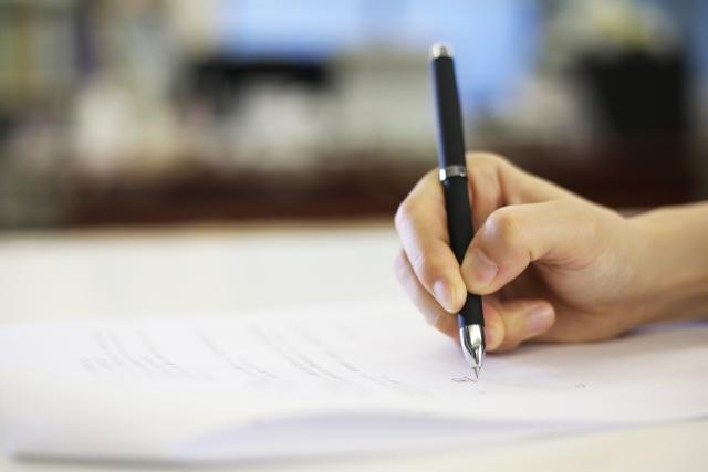 書類を書く手