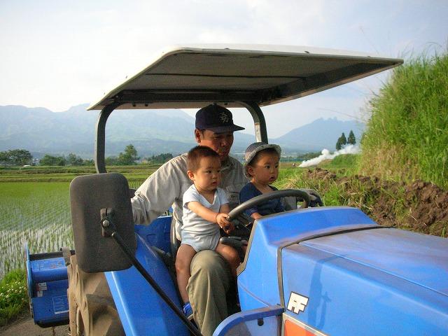 トラクターに乗る子どもたち