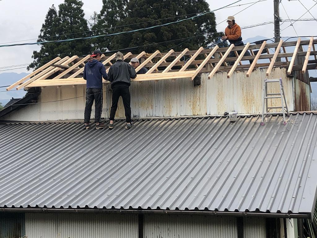 屋根の修理をする男性たち