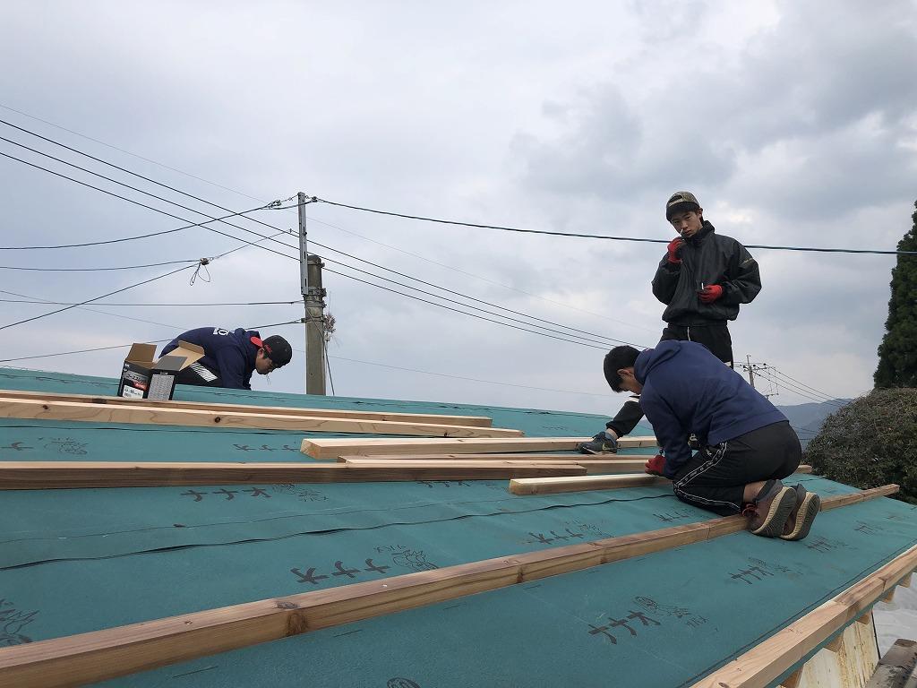 屋根を修理する人たち