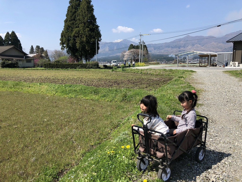 リヤカーに乗る女の子たち