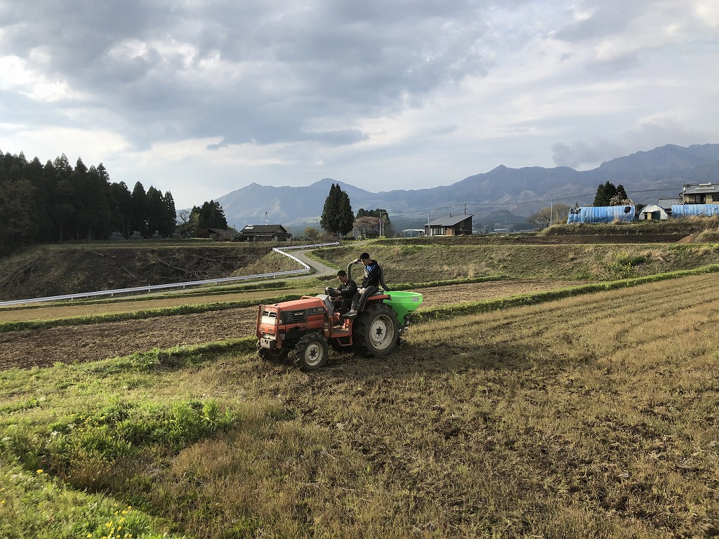 トラクターと田んぼ