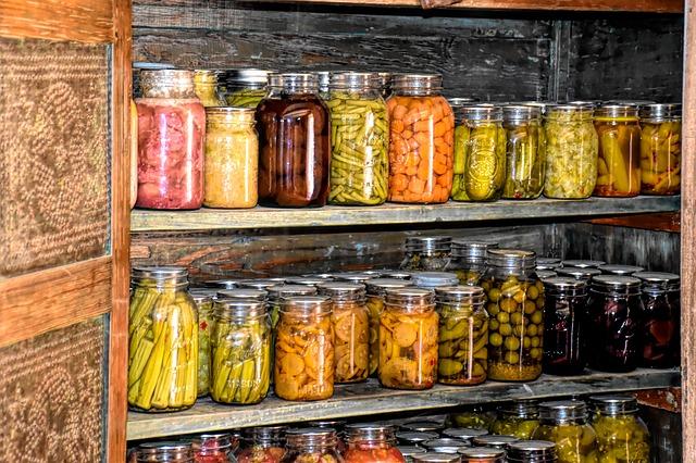 瓶に野菜が入ったピクルスなど食料備蓄しながら消費するローリングストック