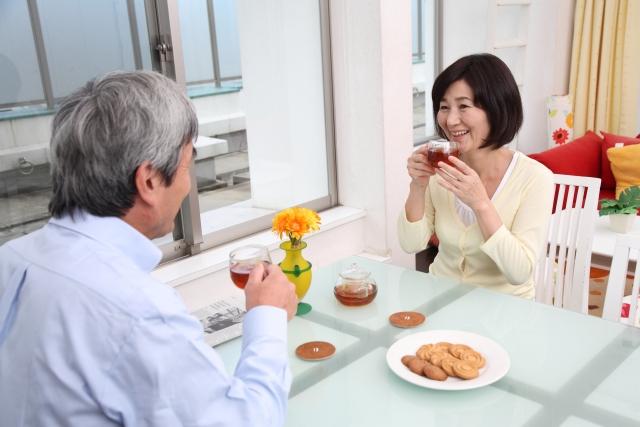 お茶を飲む高齢夫婦