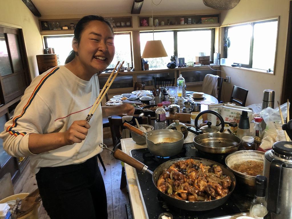 料理を作る笑顔の女性