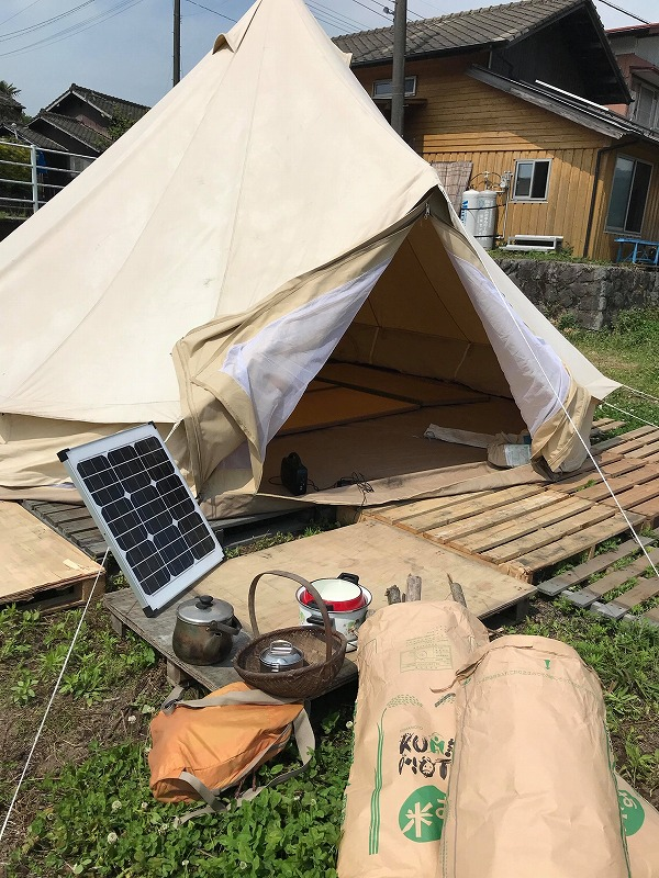 テントとソーラーパネルと米袋など