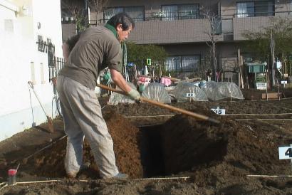 掘った深層土を、表層土で作った山と反対側に山にする
