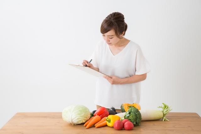 野菜を見て勉強する女性