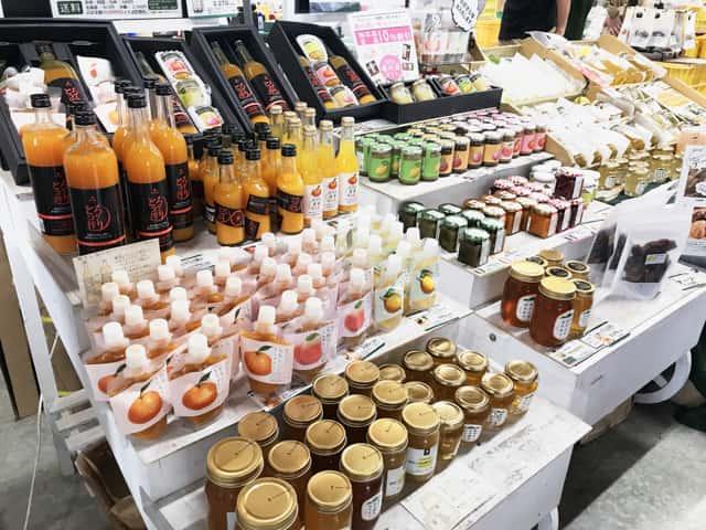 観音山フルーツガーデンの店頭に並ぶ加工品