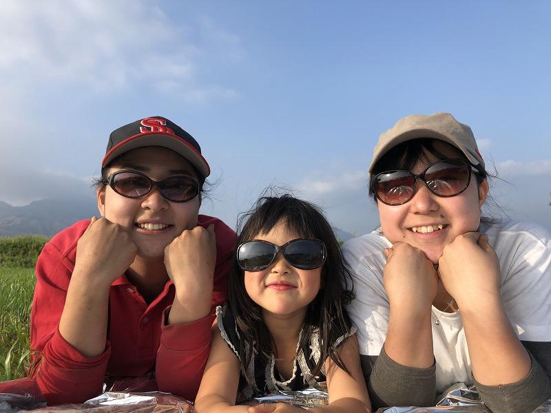 サングラスをかけた女子3人