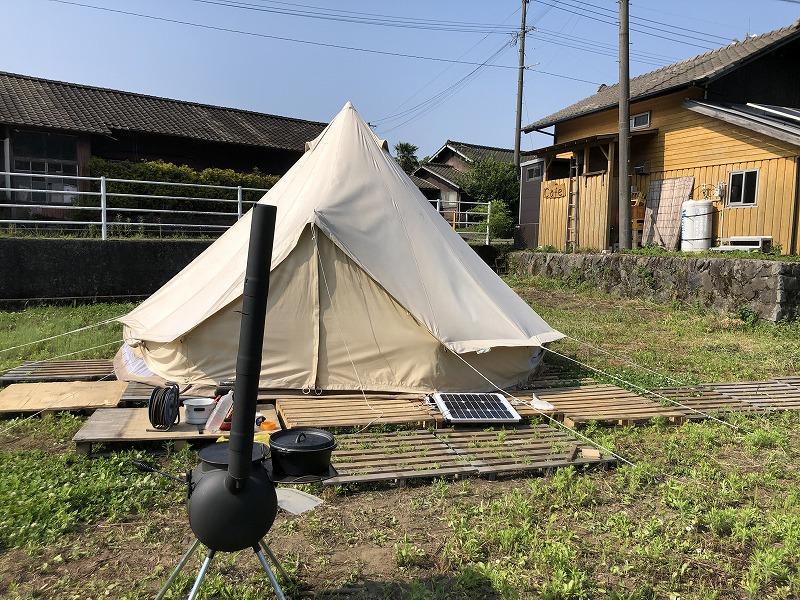 畑の中のテント