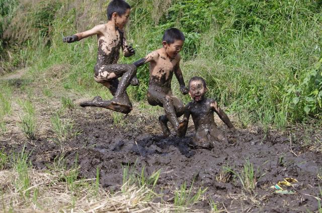 泥だらけで遊ぶ男の子たち