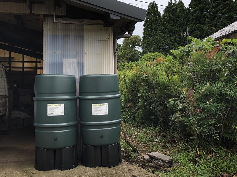 小屋の前に並ぶ雨水タンク