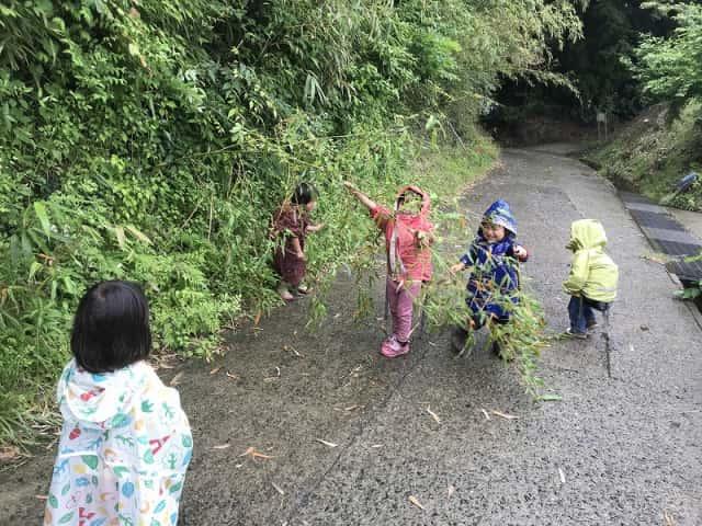 山道で遊ぶ子どもたち
