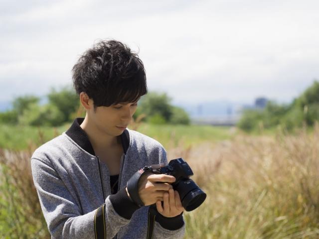 カメラを持つ男性