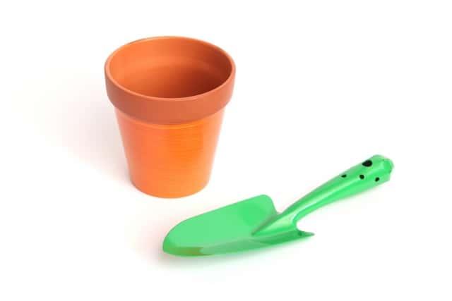 植木鉢とスコップ
